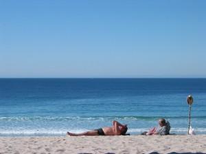 卡梅爾海灘以白沙聞名,海灘上有人隨風起舞、有人滑浪或是躺下來沐浴於陽光下,各自各精彩,此刻,沒有人會介意成為這裡風景的一部份